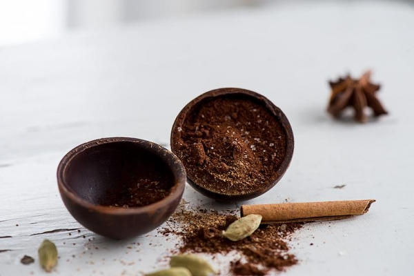 Bombe fondante pour chocolat chaud - Noir & épices (Vegan)